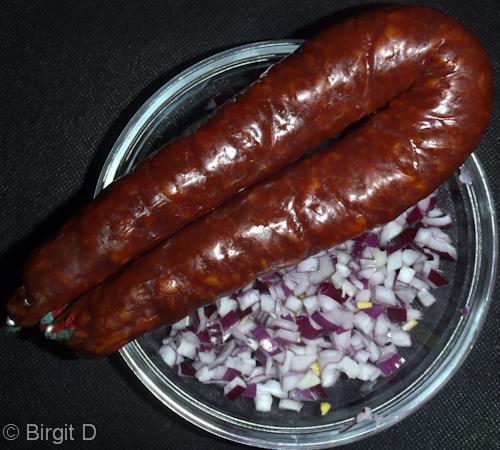 Chorizo und rote Zwiebel,gewürfelt