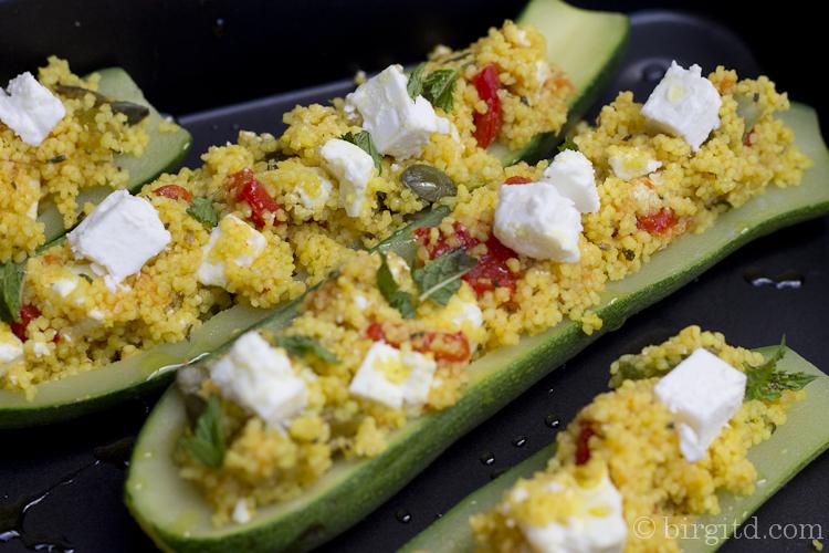Mit orientalischem Couscous gefüllte Zucchini , vor dem Backen